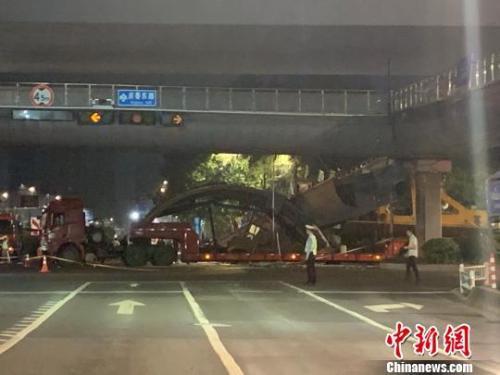 撞塌杭州天桥货车系违规行驶:隐瞒超限事实