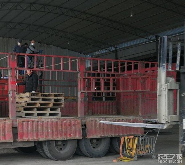 """工厂装卸货时尘土飞扬卡车司机如何做到""""百毒不侵"""""""