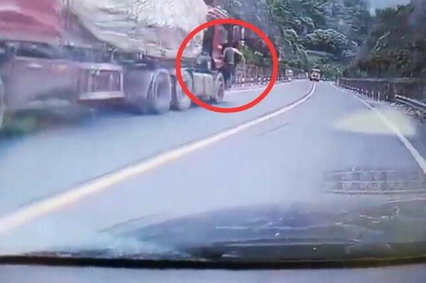男子不顾危险勇拦滑行大货车警方:将为其申请奖励