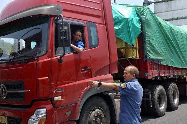 新兴:交警5月以来查处货车超限超载违法21起
