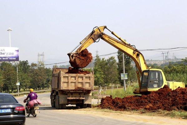 不守规矩的城市渣土车,该如何治理?