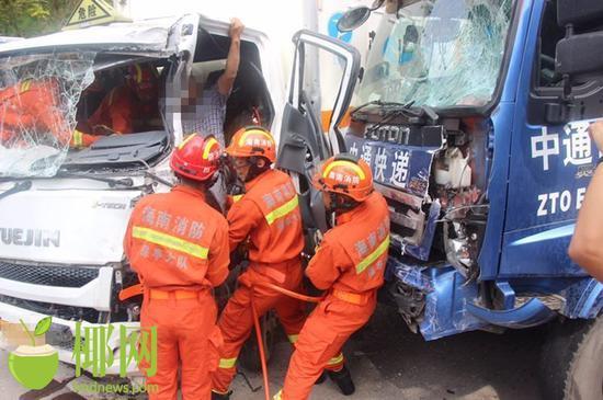 危险品货车与快递车相撞司机被困驾驶室