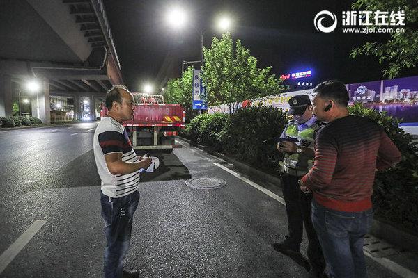 """""""超限""""货车撞上人行天桥后深夜杭州还有""""闯禁""""现象吗"""
