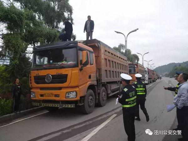 泾川:交警联合路政扎实开展治超整治行动