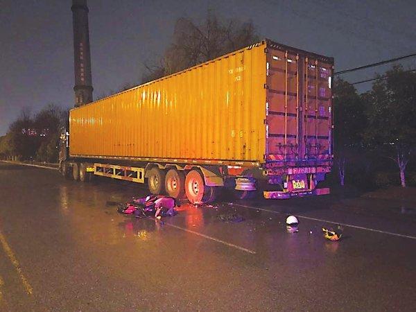 电动车撞上违停货车货车司机承担主责