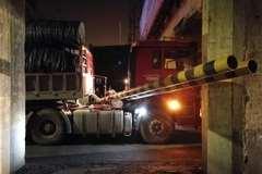 货车凌晨被卡限高架下 司机称忘记超高