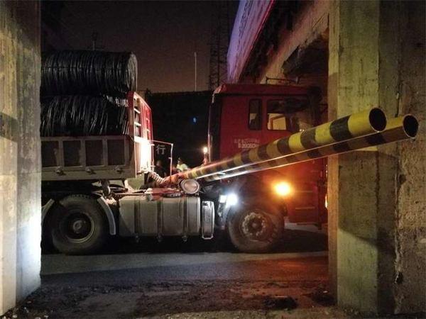货车凌晨被卡限高架下司机称忘记拉货后超高