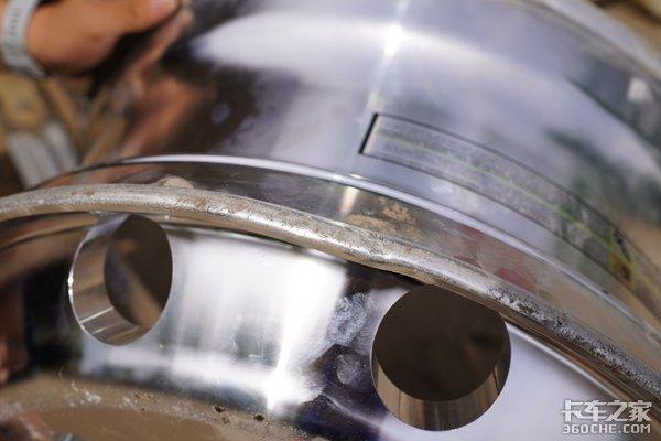 心疼!50铲车猛砸一千多元的铝合金车轮,结果很意外,它竟然没坏!!