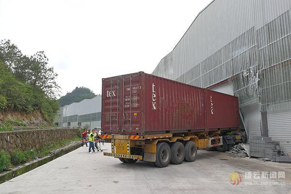 """缙云一大货车""""无人驾驶""""连撞两车后冲进厂房"""