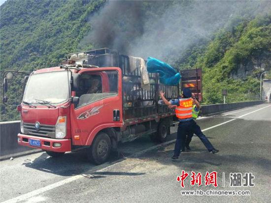 轻型货车高速起火自燃路政联合多部门高效处置