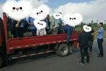 太危险!货车变成客车竟然载着26人飞奔