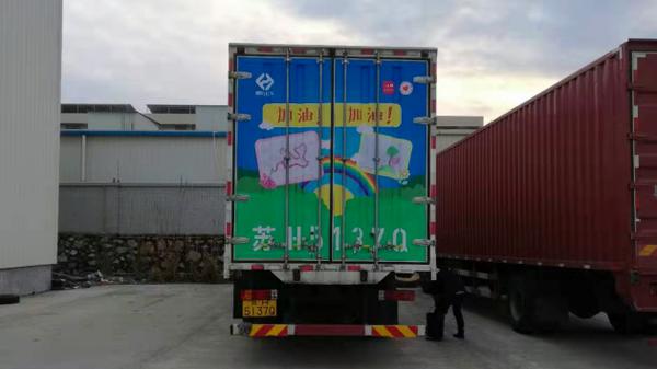 他们把孩子的画喷到了自己卡车上让运输更加温馨