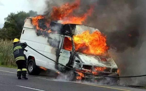 """大货车轮胎起火怎么办?且看收费员""""教科书""""般灭火操作!"""