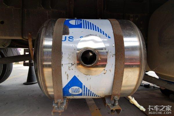 """尾气竟然有妙用?卡车秒变""""洗澡堂?#20445;? /></a></p><p><strong>尾气?#20154;?#22120;:</strong>为了能洗上舒服的?#20154;��?#26446;师傅在车架右侧安装了一个储水桶,通过焊接将水桶固定住。在这个水管的中间,加入了一根管道,与排气筒对连。车辆在行驶状态下,部分尾气流经中间管道,由于排气温度非常高,可以快速的加热罐内自来水。</p><p style="""