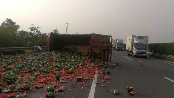 沈海高速一货车爆胎侧翻满车西瓜破碎滚落3条车道