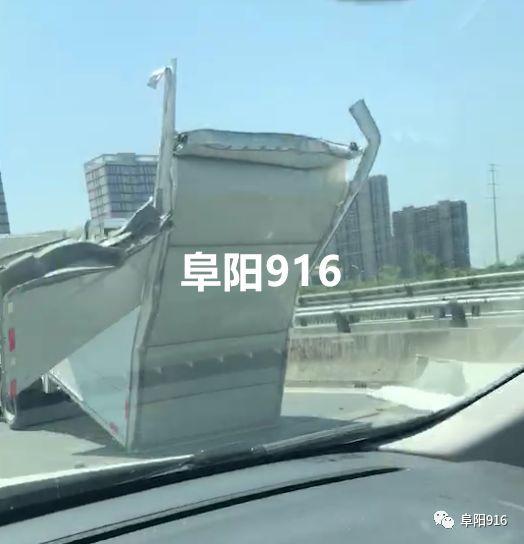 现场实拍!阜阳限高杆再下一城又拦了一辆货车!