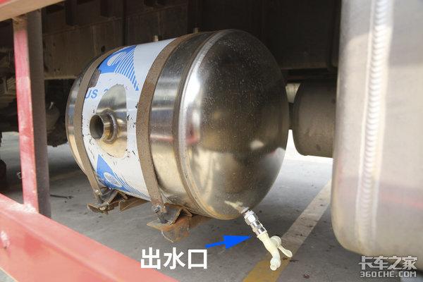 """尾气竟然有妙用?<a href='http://www.dxgs1.com/News/' target='_blank'>卡车</a>秒变""""洗澡堂""""!"""