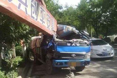 货车撞上未固定的限高杆竟说卡友全责
