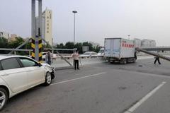 撞坏限高架引发大堵车 货车司机被拘留