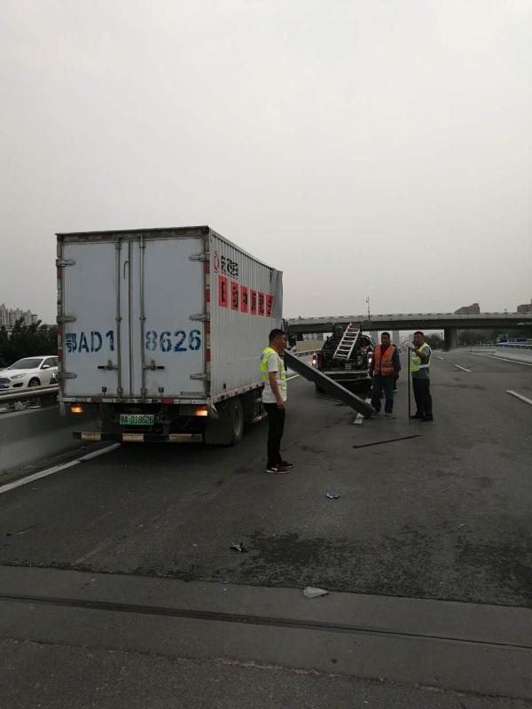 拘留!货车上高架撞坏限高架引发大堵车货车司机被拘留