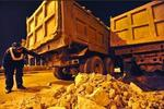 呼和浩特:渣土车道路遗撒 环卫部门清理难