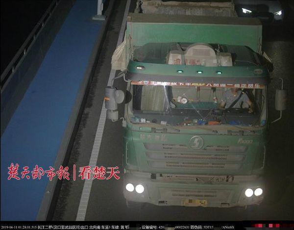 11辆渣土车夜闯长江二桥武汉交警严查追处