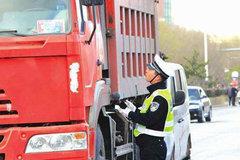 卡车司机扣12分下跪,这个行业怎么了?