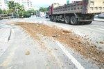 呼和浩特市三部门联合执法整治混凝土搅拌车道路遗撒