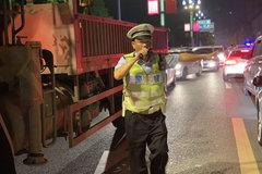 四川宜宾:公安交警全力保卫门路交通!