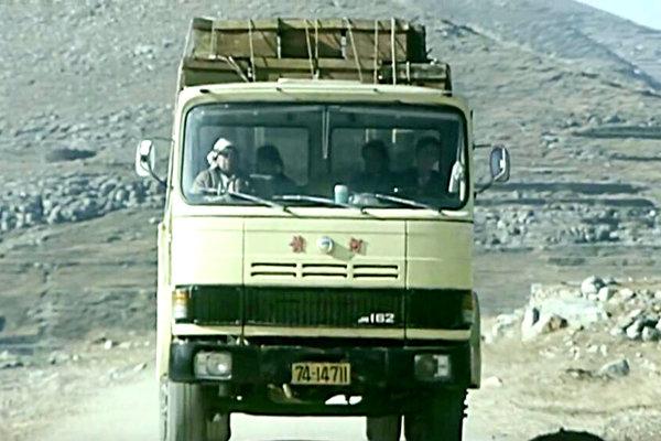 手握方向盘,县长都不换30年前卡车司机多风光,这部电影告诉你