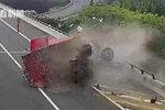 货车撞护栏险翻下高速 只因这个坏习惯