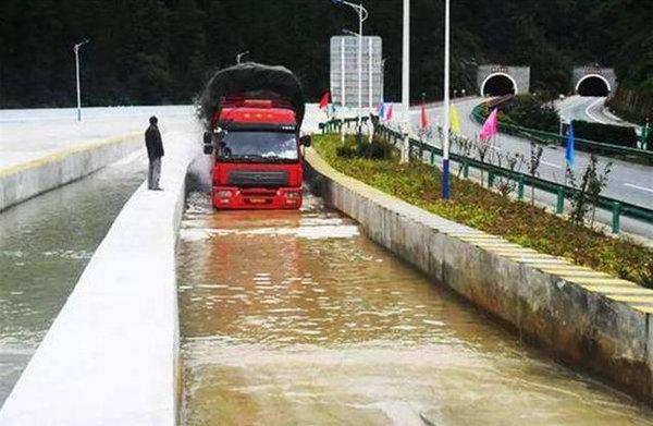 """高速上的""""降温池""""干嘛用?大卡车司机:相当好用"""