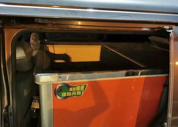 交警凌晨拦截一辆货车冰柜里竟躺着两个孩子