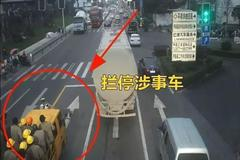 """温州一货车变身""""敞篷车""""上面坐了26人"""