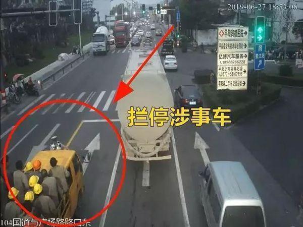 """温州一辆货车变身""""敞篷车""""上面竟坐了26人"""