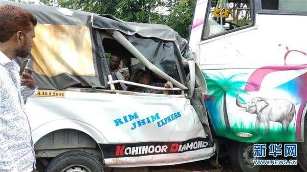 印度公交车和小货车相撞造成12人死亡