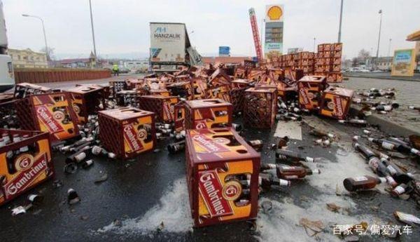 卡车货物侧翻道路上香气四溢司机:嘴馋很久了