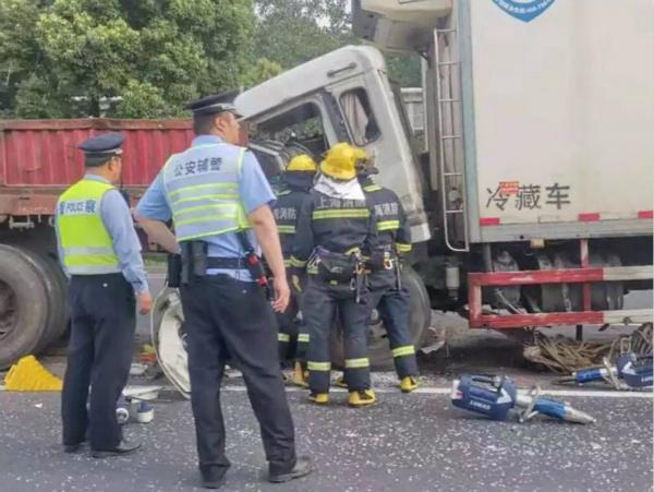 今晨S20外环高速厢式货车追尾半挂货车伤者被救出