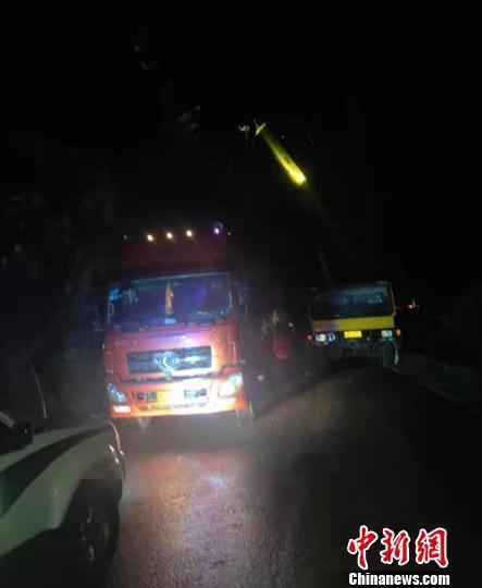 四川一货车追尾再撞山体致数百辆车滞留山间