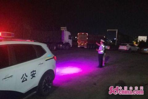荣乌高速上两货车发生追尾一车洋葱洒满路面