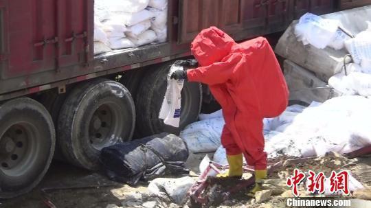 湖北一满载30吨危化品货车侧翻多部门鏖战26小时