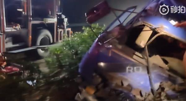 芜湖:大货车凌晨侧翻司机被困消防紧急救援