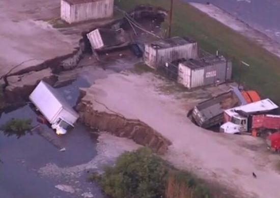 美国奥兰多机场附近现巨坑数辆卡车被困其中
