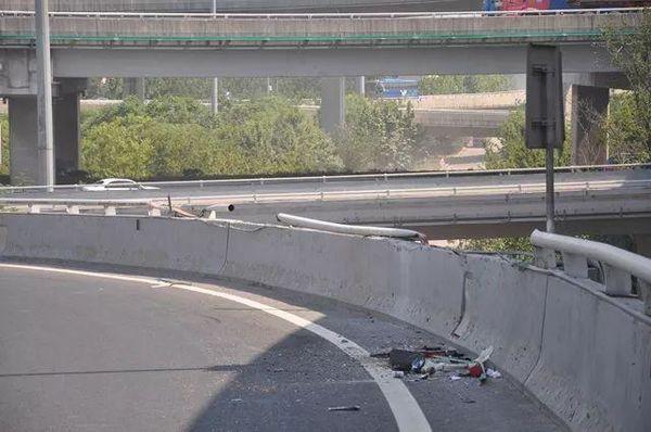 青岛一辆37吨集装箱车,坠下10米高立交桥!司机当场身亡