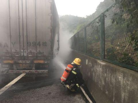 运载30吨氯化钠货车自燃宜昌消防及时扑救