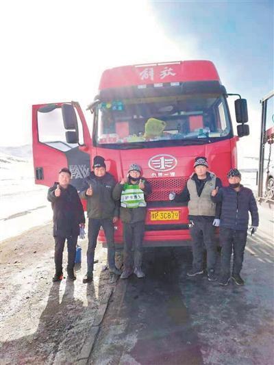 青藏线上修车师:一个月要修300辆卡车