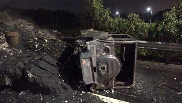 广东:一货车凌晨起火消防员紧急救援