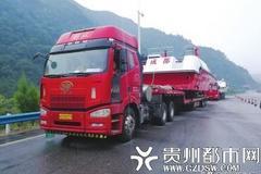 货车拖着两艘轮船上高速 交警逆行送它
