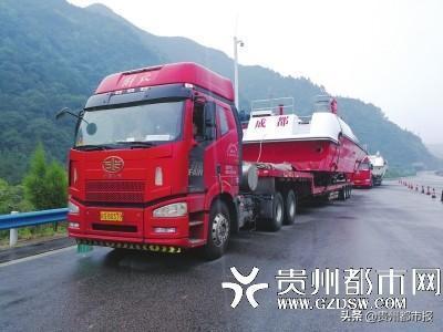 货车拖着两艘轮船上高速交警逆行送它离开
