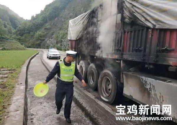 险!一大货车轮胎起火交警全力灭火除险情